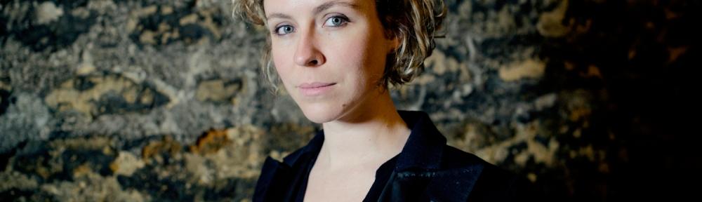 Laura Perrudin sort le brillant clip The W Word
